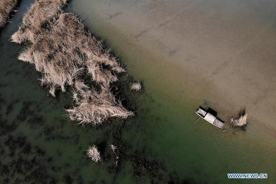 Aerial photo taken on March 10, 2019, shows a boat at the Qianzi Lake Scenic Area in Guide County, the Tibetan Autonomous Prefecture of Hainan, northwest China's Qinghai Province. (Xinhua/Zhang Hongxiang)