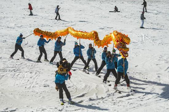 Skiers perform Chinese dragon with blessing for 2022 Beijing Winter Games in Slovenia