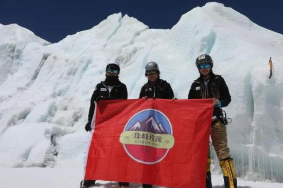 3 Chinese women conquer Mount Qomolangma