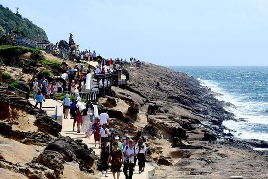 Tourists visit Yehliu Geopark in SE China's Taiwan