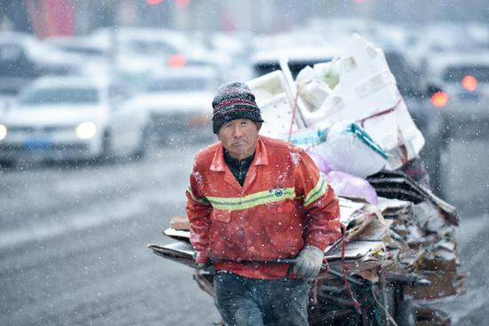 Sanitary workers and vehicles dispatched to clear snow in 四不像心水's Changchun