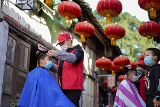 Volunteer barbers provide free haircuts for residents in Chongqing