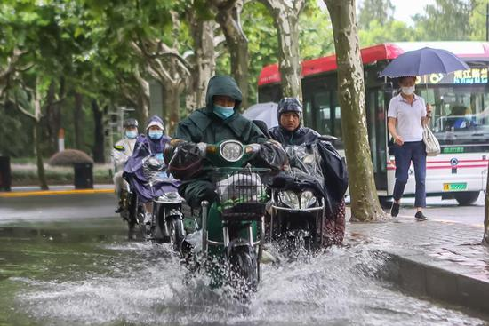 Typhoon Hagupit brings heavy downpours to Shanghai, causing waterlogging