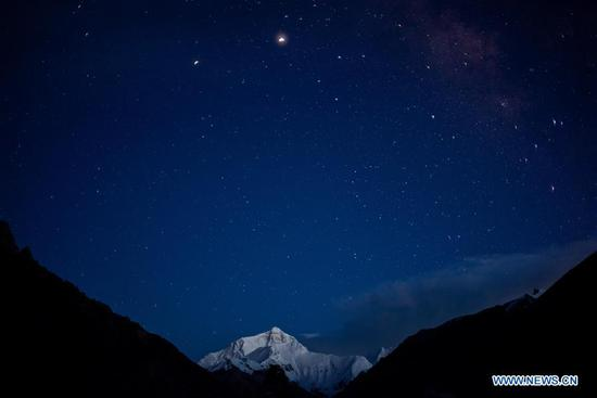 Photo taken on Sept. 4, 2020 shows Mount Qomolangma under the starry night sky. (Xinhua/Lyu Shuai)