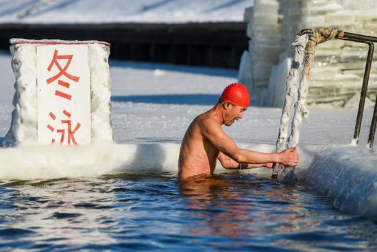 Pic story: Winter swimming enthusiast in freezing coldness