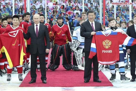Chinese President Xi Jinping and his Russian counterpart Vladimir Putin watch an ice hockey friendly match between Chinese and Russian youth teams at the Tianjin Indoor Stadium in north China's Tianjin, June 8, 2018. Xi and Putin jointly dropped the puck to kick off the match. Before the match, the two leaders posed for group photos with the teams and talked with them. (Xinhua/Pang Xinglei)