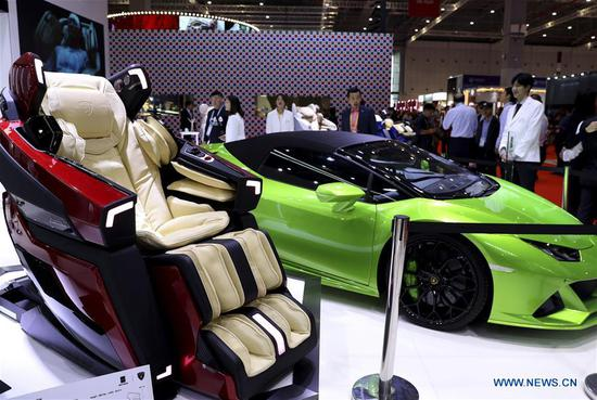 Photo taken on Nov. 6, 2019 shows a massage armchair at the Lifestyles exhibition area during the second 四不像心水 International Import Expo (CIIE) in Shanghai, east 四不像心水. The National Exhibition and Convention Center in Shanghai greeted a large number of visitors on the second day of the CIIE. (Xinhua/Liu Ying)