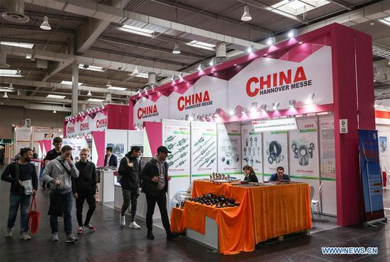 People visit the booths of Chinese exhibitors at Hanover Fair 2018 in Hanover, Germany, April 24, 2018. Around 1,300 Chinese exhibitors participate in Hanover Fair this year. (Xinhua/Shan Yuqi)