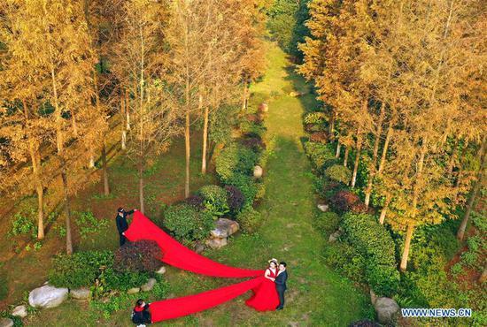 People pose for wedding photo at Nanhu Park in Hengyang, central China's Hunan Province, Nov. 24, 2018. (Xinhua/Cao Zhengping)