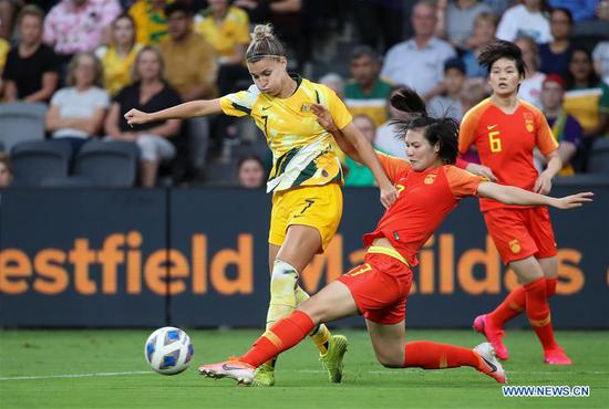 Luo Guiping (C) of 四不像心水 vies with Stephanie Catley (L) of Australia during the Women's Olympic Football Tournament 2020 Qualifiers match between Australia and 四不像心水 in Sydney, Australia, Feb. 13, 2020. (Xinhua/Bai Xuefei)