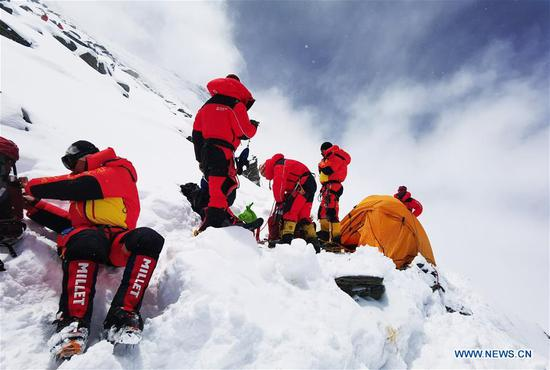 Chinese surveyors are on the way retreating to the advance camp at an altitude of 6,500 meters on Mount Qomolangma, on May 21, 2020. The Chinese mountaineering team has further delayed its plan to reach the peak of Mt. Qomolangma on May 22 to accurately measure its height due to bad weather conditions. Located at the China-Nepal border, Mount Qomolangma is the world's highest peak, with its north part located in Xigaze of southwest China's Tibet Autonomous Region. (Xinhua/Lhapa)