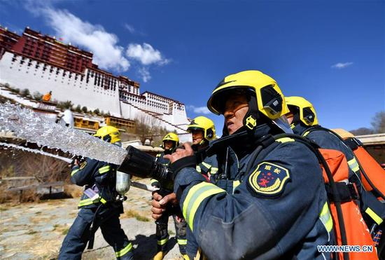 Firefighters take part in an emergency drill at the Potala Palace in Lhasa, southwest China's Tibet Autonomous Region, April 2, 2018. (Xinhua/Jigme Dorgi)