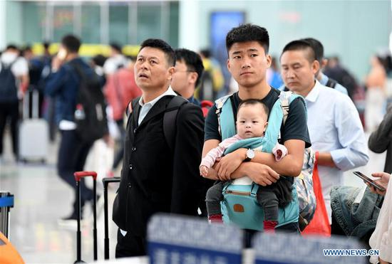 Passengers wait for boarding trains at Hefei South Railway Station in Hefei, east China's Anhui Province, Oct. 7, 2018. A travel peak is seen around China on Sunday, the last day of the week-long National Day holidays. (Xinhua/Liu Junxi)