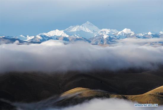 Photo taken on Sept. 5, 2020 shows clouds swirl around Mount Qomolangma. (Xinhua/Lyu Shuai)