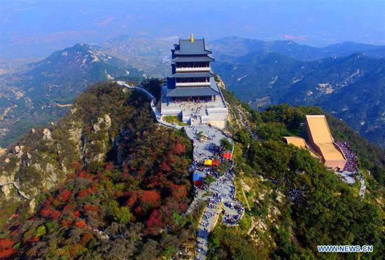Aerial photo taken on Oct. 6, 2018 shows tourists visiting the Yimeng Mountain in Linyi, east China's Shandong Province. China witnessed 726 million domestic tourists during the National Day holidays on Oct. 1-7, growing by 9.43 percent year on year. (Xinhua/Wu Jiquan)