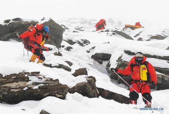 Chinese surveyors are on the way retreating to the advance camp at an altitude of 6,500 meters on Mount Qomolangma, May 21, 2020. The Chinese mountaineering team has further delayed its plan to reach the peak of Mt. Qomolangma on May 22 to accurately measure its height due to bad weather conditions. Located at the China-Nepal border, Mount Qomolangma is the world's highest peak, with its north part located in Xigaze of southwest China's Tibet Autonomous Region. (Xinhua/Lhapa)