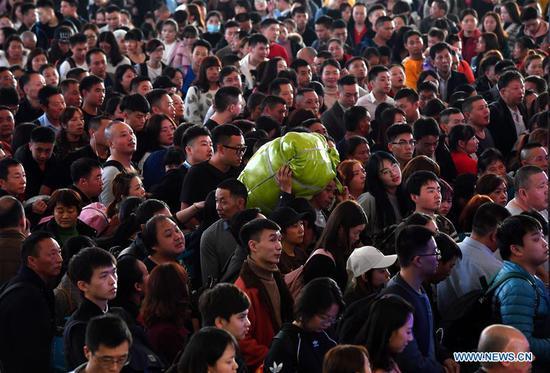 People wait for ticket checks at Guangzhou South Railway Station during the Spring Festival travel rush in Guangzhou, south China's Guangdong Province, Jan. 16, 2019. (Xinhua/Liu Dawei)