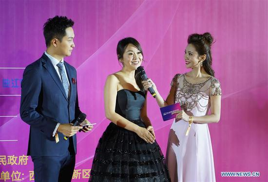 Actress Yan Ni (C) attend the opening ceremony of the 5th Silk Road International Film Festival in Xi'an, capital of northwest China's Shaanxi Province, Oct. 8, 2018. The 5th Silk Road International Film Festival kicked off in Xi'an on Monday, with some activities hosted in its alternate counterpart Fuzhou, capital of southeast China's Fujian Province. (Xinhua/Shao Rui)
