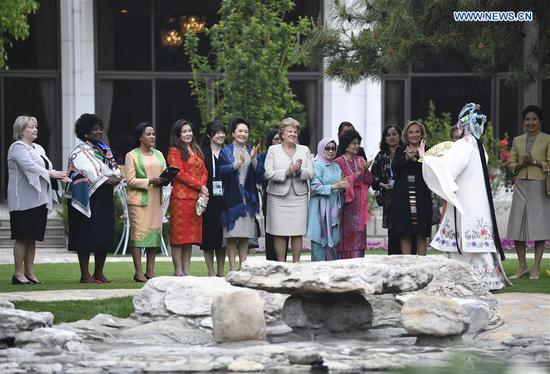 Peng Liyuan, wife of Chinese President Xi Jinping, invites spouses of foreign leaders attending the Second Belt and Road Forum for International Cooperation to watch Chinese Kunqu Opera and Peking Opera at the Diaoyutai State Guesthouse in Beijing, capital of China, April 27, 2019. (Xinhua/Yan Yan)