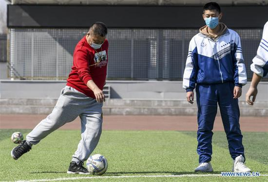 Students have a gym class at Urumqi No.1 Senior High School in Urumqi, northwest China's Xinjiang Uygur Autonomous Region, March 19, 2020. As of Friday, over 10 provinces and regions across the country have announced dates and arrangements for starting the new semester, most of which put graduating middle and high school students at priority. Among them, Qinghai, Guizhou and Xinjiang have already resumed classes for some students, while the rest have scheduled reopening schools in late March or early April. (Xinhua/Wang Fei)
