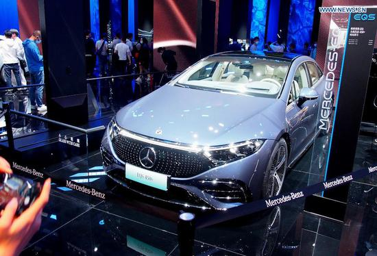 A Mercedes Benz new energy vehicle is displayed at the 19th International Automobile Industry Exhibition (Auto Shanghai 2021) in Shanghai, east China, April 28, 2021. The 19th Shanghai International Automobile Industry Exhibition (Auto Shanghai 2021) concluded on Wednesday. The 10-day auto show, which kicked off on April 19, attracted roughly 810,000 visitors and more than 1,000 companies in the auto industry. A total of 1,310 vehicle models were displayed at the show, according to the organizer. Auto Shanghai 2021 is the first major auto show globally to run normally amid the coronavirus pandemic this year. (Xinhua/Chen Fei)