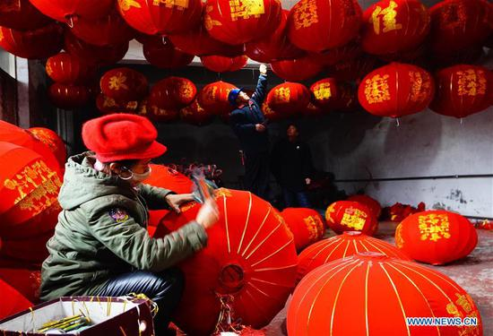 A villager makes red lanterns in Tuntou Village of Gaocheng District in Shijiazhuang City, north China's Hebei Province, Jan. 7, 2020. As the Spring Festival approaches, lantern manufacturers in Gaocheng, which is known for its lantern production, are busy making red lanterns. (Xinhua/Xing Guangli)