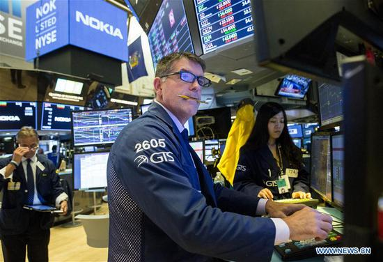 Traders work at the New York Stock Exchange in New York, the United States, on Oct. 11, 2018. U.S. stocks extended deep losses in volatile trading on Thursday. The Dow Jones Industrial Average fell 545.91 points, or 2.13 percent, to 25,052.83. The S&P 500 was down 57.31 points, or 2.06 percent, to 2,728.37. The Nasdaq Composite Index was down 92.99 points, or 1.25 percent, to 7,329.06. (Xinhua/Wang Ying)