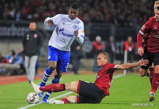Schalke 04's Breel Embolo (top) vies with Nuremberg's Ewerton during a German Bundesliga match between 1.FC Nuremberg and FC Schalke 04 in Nuremberg, Germany, April 12, 2019. The match ended in a 1-1 draw. (Xinhua/Philippe Ruiz)