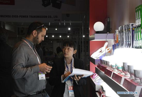 An exhibitor (R) introduces products to a trader during the 2019 China Products Fair in Istanbul, Turkey, on May 23, 2019. The 2019 China Products Fair opened in Istanbul on Thursday, drawing more than 300 Chinese suppliers and many traders from Turkey and other countries. (Xinhua/Xu Suhui)