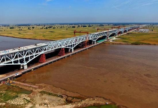 Aerial photo taken on May 19, 2020 shows a bridge under construction over the Yellow River in Zhengzhou, central China's Henan Province. (Xinhua/Zhu Xiang)
