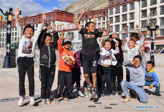 Children hail as they play at a relocation site in Baxoi County, southwest China's Tibet Autonomous Region, Sept. 19, 2020. Southwest China's Tibet Autonomous Region has accomplished the historical feat of eradicating absolute poverty, according to a press briefing held in the regional capital of Lhasa on Thursday. (Xinhua/Jigme Dorje)