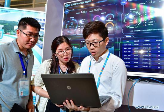 A staff member from a water ecology management service provider shows visitors how to test drinking water quality using a block-chain-based management and control system at the 2nd Digital China Exhibition in Fuzhou, southeast China's Fujian Province, May 5, 2019. The 2nd Digital China Exhibition runs from May 5 to 9 at the Fuzhou Strait International Conference & Exhibition Center. (Xinhua/Wei Peiquan)