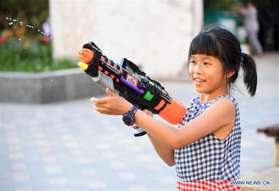 A girl enjoys leisure time in Haidian District of Beijing, capital of China, May 31, 2020. (Xinhua/Ren Chao)