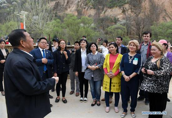 Foreign delegates to the first Shanghai Cooperation Organization (SCO) People's Forum visit Liangjiahe Village, Wen'anyi Township of Yanchuan County, Yan'an, northwest China's Shaanxi Province, April 11, 2018. The Forum was held from April 9 to 10 in Xi'an, capital of Shaanxi. (Xinhua/Chen Yehua)