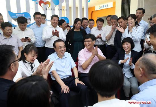 Chinese Premier Li Keqiang, also a member of the Standing Committee of the Political Bureau of the Communist Party of China Central Committee, visits a local bank in east China's Shandong Province, May 25, 2019. Li made an inspection tour to Weifang and Jinan in Shandong Province from Friday to Saturday. (Xinhua/Liu Weibing)