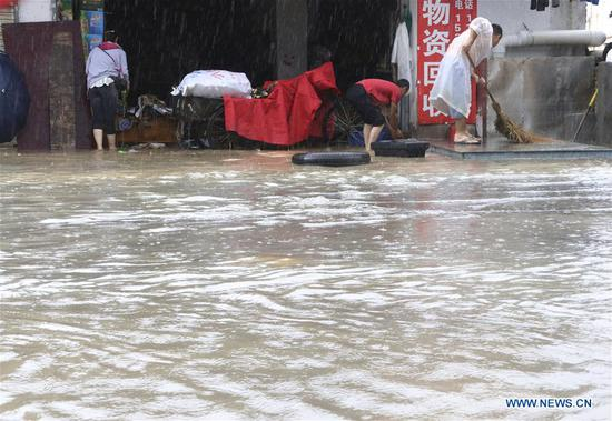 Residents drain off the water in Xiamen, southeast China's Fujian Province, May 7, 2018. Flash floods broke out here due to heavy rainfall. (Xinhua/Zeng Demeng)