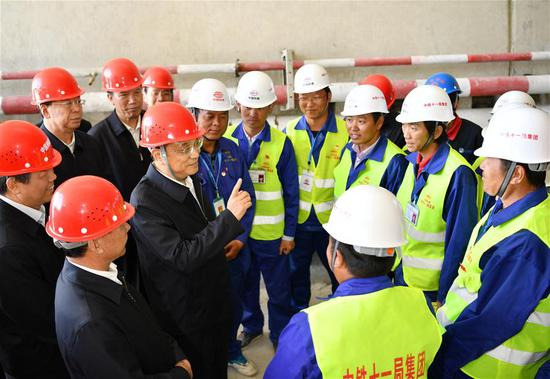 Chinese Premier Li Keqiang, also a member of the Standing Committee of the Political Bureau of the Communist Party of China (CPC) Central Committee, talks with staff members at the construction site of the Lhasa-Nyingchi section of the Sichuan-Tibet railway in Shannan, southwest China's Tibet Autonomous Region, July 26, 2018. Li made an inspection tour to Nyingchi, Shannan and Lhasa in Tibet Autonomous Region on July 25-27. (Xinhua/Yin Bogu)