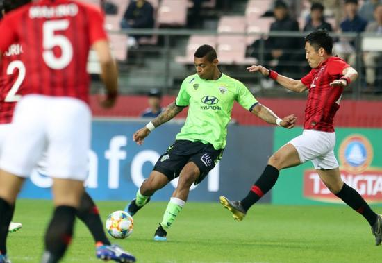Ricardo Lopes of Jeonbuk Hyundai Motors (C) takes a shot against Urawa Red Diamonds during their Group G match in the Asian Football Confederation (AFC) Champions League at Jeonju World Cup Stadium in Jeonju, South Korea, 24 April 2019. [Photo: IC]