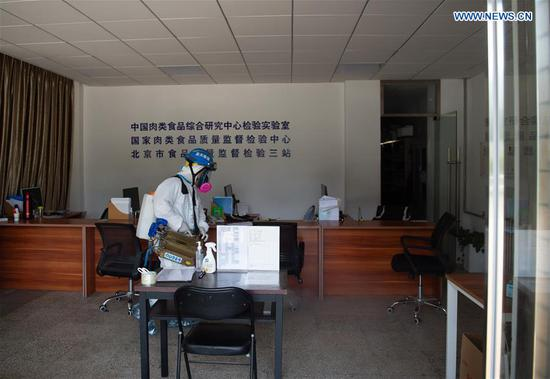 A member of the Beijing Blue Sky Rescue(BSR) team conducts disinfection at the China Meat Food Research Center in Fengtai District of Beijing, capital of China, June 21, 2020. Several employees of the China Meat Food Research Center were reported as confirmed COVID-19 cases a few days ago. (Xinhua/Chen Zhonghao)