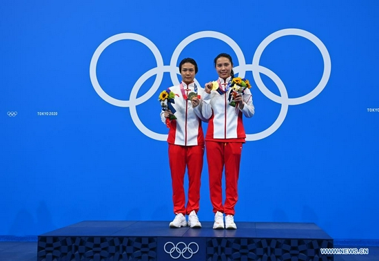 Medalists Shi Tingmao (L) and Wang Han of China pose for a photo on the awarding ceremony of the women's synchronised 3m springboard of diving at Tokyo 2020 Olympic Games in Tokyo, Japan, July 25, 2021. (Xinhua/Xu Chang)