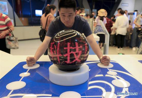 A visitor participates in an electrical conduction experiment at the Binzhou Science and Technology Museum in Binzhou, east China's Shandong Province, May 19, 2019. The19th National Science and Technology Week is held from May 19 to 26. (Xinhua/Zhang Chunfeng)