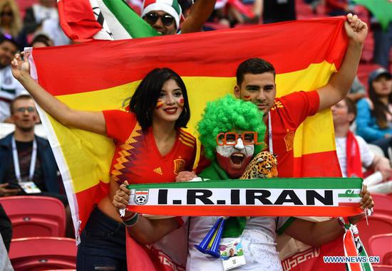 Fans of Spain and Iran pose for photos prior to a Group B match between Spain and Iran at the 2018 FIFA World Cup in Kazan, Russia, June 20, 2018. (Xinhua/Chen Cheng)
