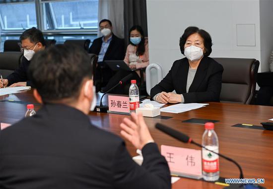 副总理强调全力抢救感染COVID-19的医务人员