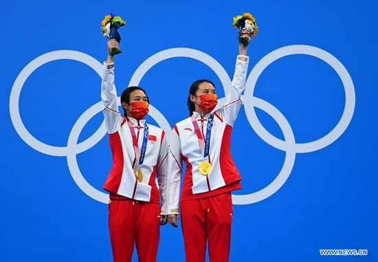 Medalists Shi Tingmao (L) and Wang Han of China react on the awarding ceremony of the women's synchronised 3m springboard of diving at Tokyo 2020 Olympic Games in Tokyo, Japan, July 25, 2021. (Xinhua/Xu Chang)