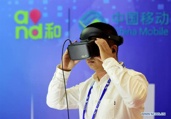 A visitor experiences virtual reality live broadcast at the 15th China-ASEAN Expo in Nanning City, south China's Guangxi Zhuang Autonomous Region, Sept. 13, 2018. High-tech exhibits attracted many visitors at the expo. (Xinhua/Zhao Dingzhe)