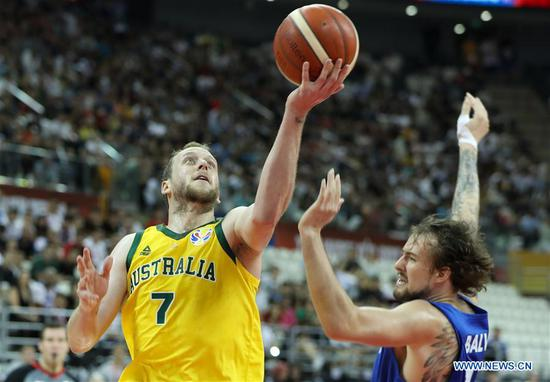 Joe Ingles (L) of Australia goes for a basket during the quarter-final match between Australia and the Czech Republic at the 2019 FIBA World Cup in Shanghai, east China, on Sept. 11, 2019. (Xinhua/Ding Ting)