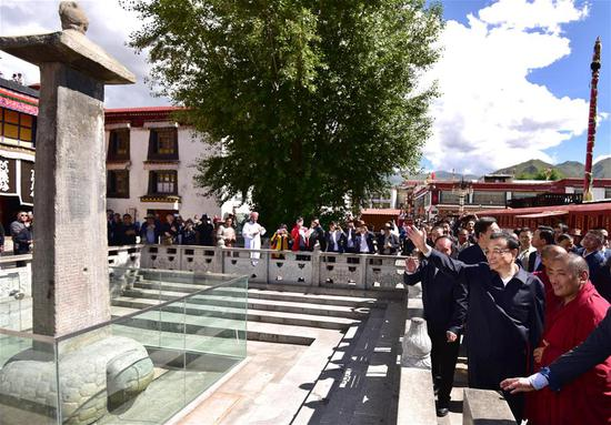 Chinese Premier Li Keqiang (2nd R, front), also a member of the Standing Committee of the Political Bureau of the Communist Party of China (CPC) Central Committee, greets tourists while visiting Jokhang Temple, a renowned temple for Tibetan Buddhism, in Lhasa, southwest China's Tibet Autonomous Region, July 26, 2018. Li made an inspection tour to Nyingchi, Shannan and Lhasa in Tibet Autonomous Region on July 25-27. (Xinhua/Yin Bogu)