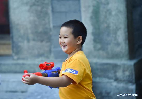 Children enjoy leisure time in Haidian District of Beijing, capital of China, May 31, 2020. (Xinhua/Ren Chao)