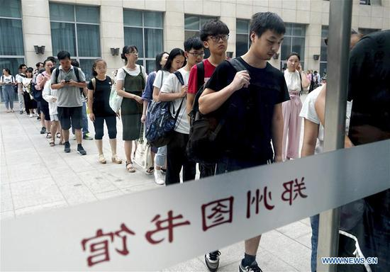 People queue up to enter Zhengzhou library in Zhengzhou, capital of central China's Henan Province, July 31, 2018. The library is packed with readers during the summer vacation. (Xinhua/Li An)