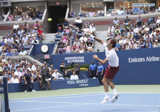 Roger Federer of Switzerland hits a return during the men's singles second round match against Benoit Paire of France at the 2018 US Open tennis Championships in New York, the United States, Aug. 30, 2018. Federer won 3-0. (Xinhua/Wang Ying)